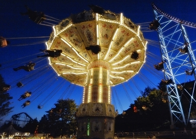 夜の遊園地遊びいかが? ロマンチックな夏祭り