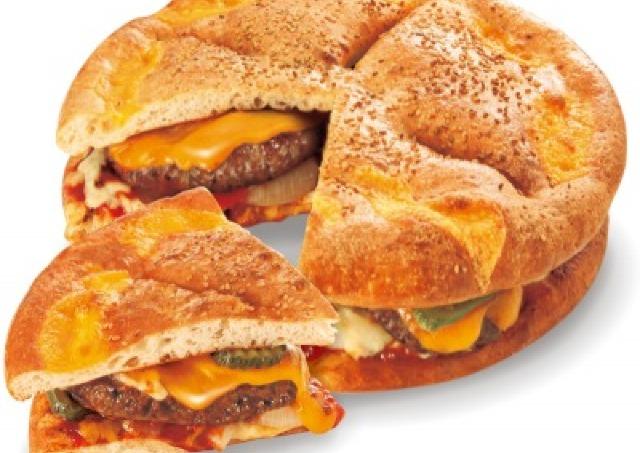 総重量1kg越え! 驚きのメガバーガーピザ期間限定発売