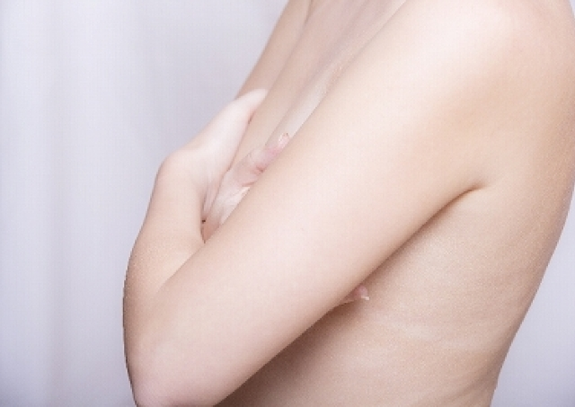 20代でも他人事じゃない!女性を襲う「老け胸」、原因とその対策は?