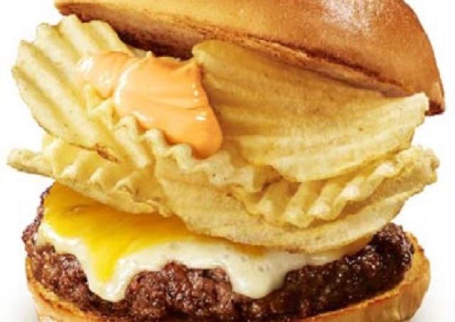 ポテトチップスはさんじゃいました!ロッテリアから「ポテトチップスバーガー」