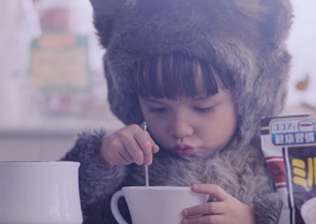 なにこのかわいさ...!子猫ちゃんがママのためにココアを作る癒しムービー、公開