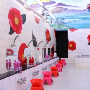 蜷川実花ワールド全開! 目もくらむほど美しい銭湯「TSUBAKI湯」開店です