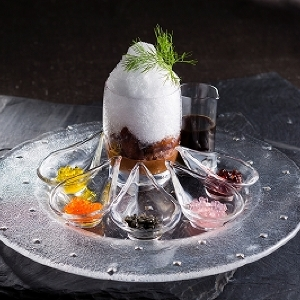 お値段5000円の「キャビアのかき氷」 いろんな味の「5種のキャビア」トッピングしてね