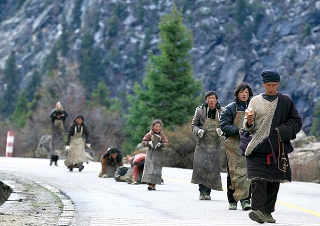 映画「ラサへの歩き方 祈りの2400km」/うつぶせになり立ち上がる。これ繰り返してひたすら進む