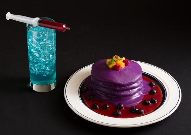 紫色のパンケーキが血の海に染まる... Eggs 'n Thingsのハロウィンが怪しさ増す