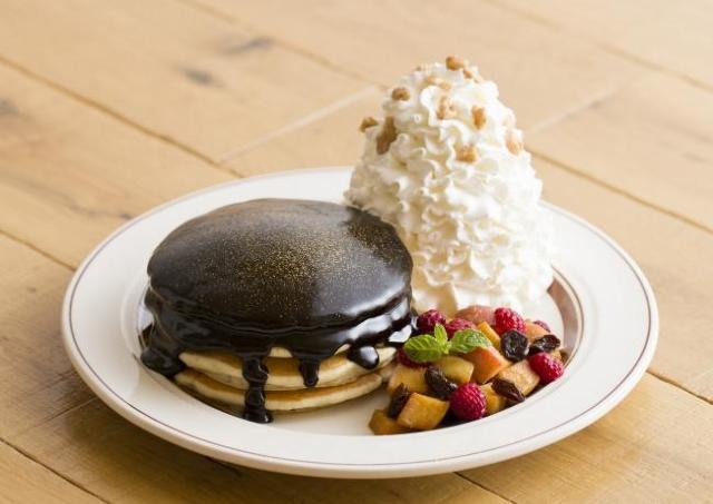 Eggs 'n Things銀座店2周年で「金箔パンケーキ」再び! ビターチョコレートたっぷりがおいしそう