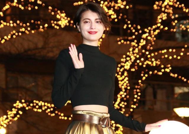中目黒ゴールドイルミ点灯式にセクシーなマギー登場 へそ出し&黄金スカートでお祝い!