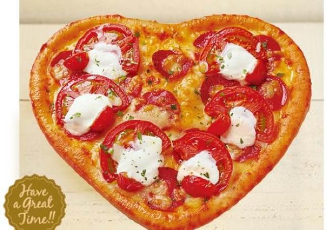 箱を開けたらびっくり! ピザーラからハート型ピザことしも登場