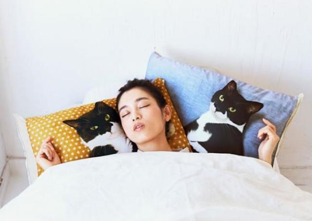 にゃんこがベッドで待ってる幸せが味わえる フェリシモ猫部から夢のような枕カバーが登場