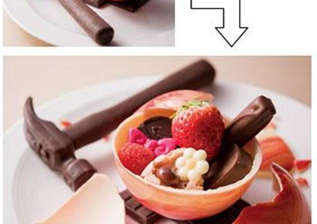 球体のチョコをトンカチ型チョコレートで割る 中から出てくるのは......