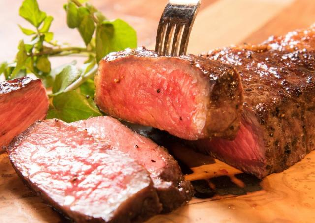 希少肉ステーキ全品半額! 人気の肉バル「ランプキャップ」が田町駅前にオープン