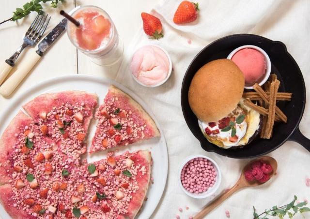 マックスブレナーの春メニュー ピンクのチョコレートピザがハートわしづかみ
