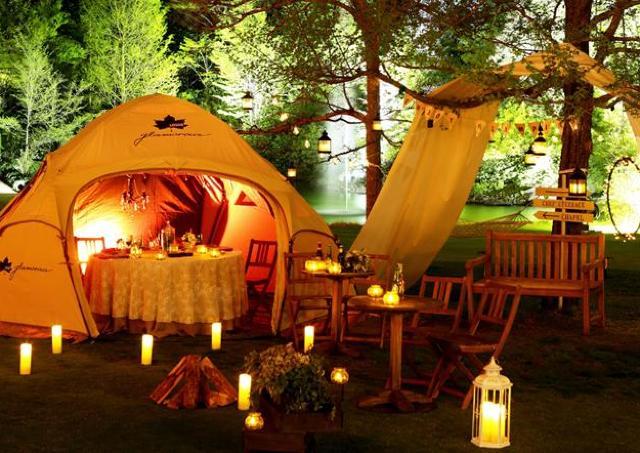 グランピングを楽しみながら夜のガーデンピクニック