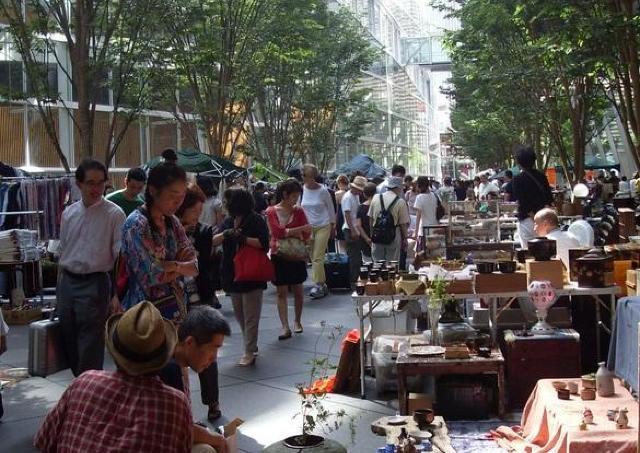 掘り出し物探しに出かけよう! 約250店が並ぶ「大江戸骨董市」