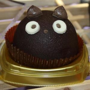 破壊力の高さよ...! セブンに目が合ったら最後な「黒猫ケーキ」が登場!