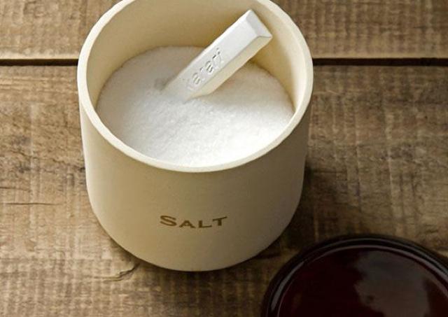 固まった塩がサラッサラに...ニトリ「珪藻土スティック」が手放せない