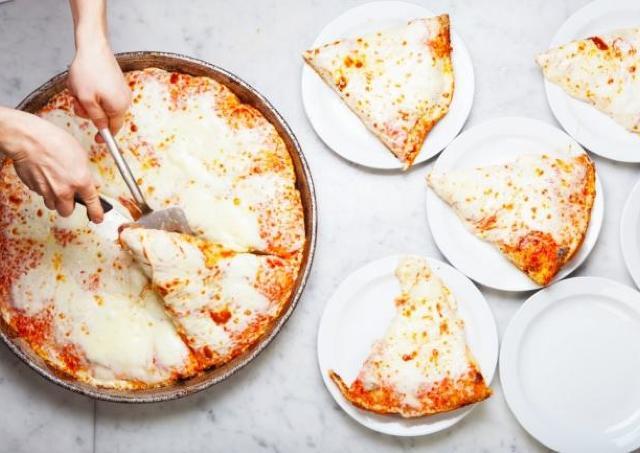 1ホールピザ全種が500円オフに! 老舗ピッツェリアが年末年始祭