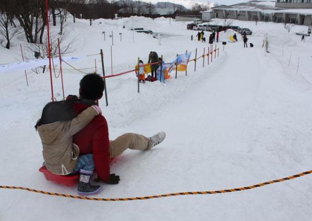 気分は南極の昭和基地! ダイナミックなそり滑りや雪上車体験