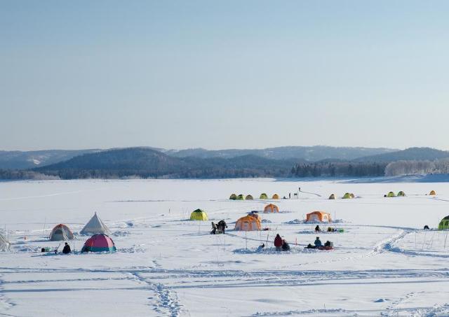 非日常の純白な湖面でアイスフィッシングはいかが?