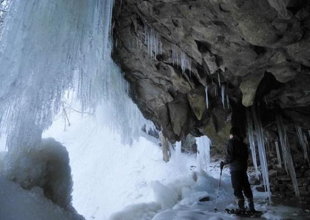 氷瀑に感動!冬の岩井滝をスノーシューで歩く
