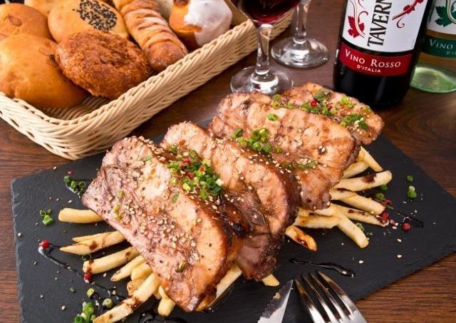 極厚スペアリブも食べ放題!  1500円で楽しむ「肉祭り」