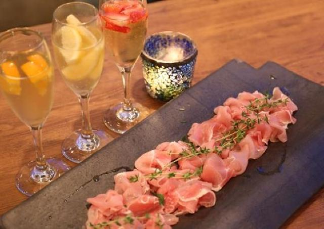 1500円で生ハム&ワインを好きなだけ! 新宿カフェの人気企画が復活!
