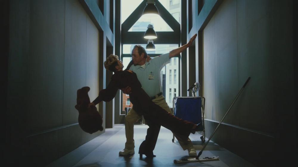 クラフトボス新CM、夏木マリがオフィスで「新しい風」吹かせまくる。