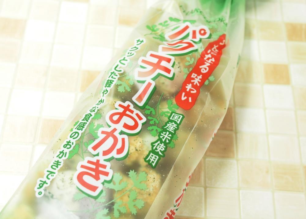 成城石井で見つけた「パクチーおかき」、想定外の味わいだった。