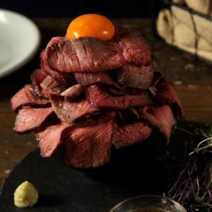 希少肉「ザブトン」を盛り放題! 肉バルの980円ランチが高コスパ。