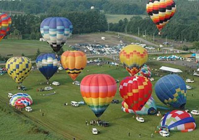 北の大空を熱気球が彩る! 「北海道バルーンフェスティバル」