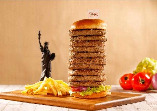 【肉天国キター!】何枚挟んでもいいよ! フライデーズで驚愕の「自由のメガ(女神)盛りバーガー」