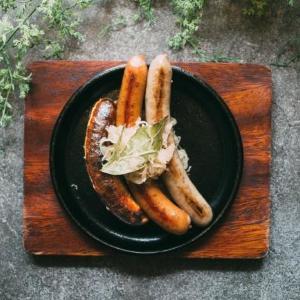 合言葉でソーセージ3種盛りが無料! 銀座にドイツ料理の「シュマッツ」オープン
