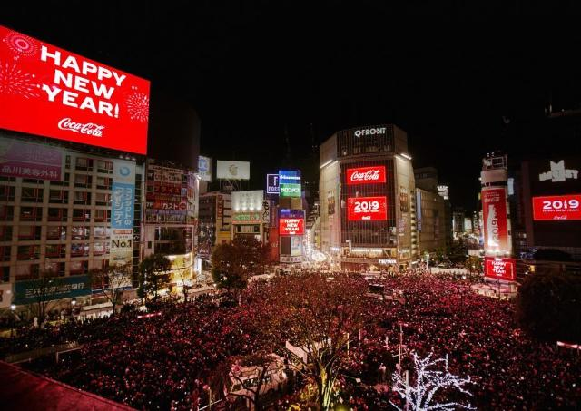 渋谷カウントダウン 「コカ・コーラ」福ボトルで新年をお祝い!