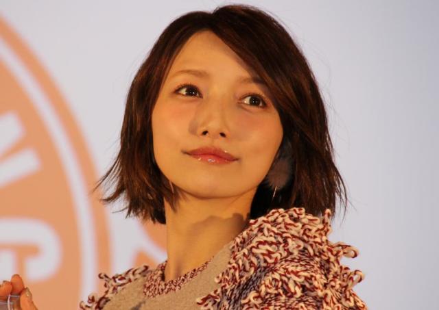 後藤真希も「これはカナリ優秀...」  32色のアイシャドーが500円の神コスパ!