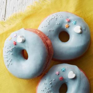 タリーズから「ゆめかわいい」スイーツ再び... 青色とピンク色のドーナツ。