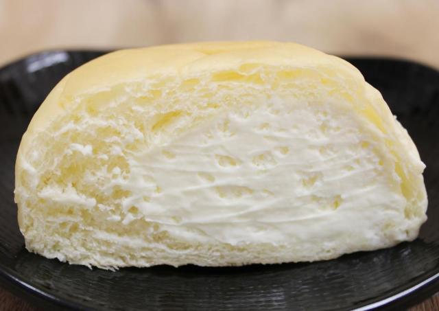 「クリームふわふわ」「一口目から幸せ」 駅で買えるクリームパンうますぎ。