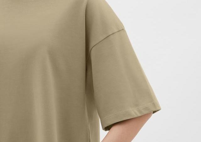 着回し力抜群で体型もカバー。GUの万能Tシャツ、マストバイでは?