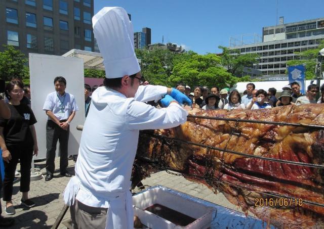 宮城県産黒毛和牛の丸焼きが無料で食べれるよ~。