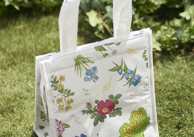 【付録】「六花亭」包装紙デザインの保冷バッグ。 「めちゃくちゃ可愛くない?」