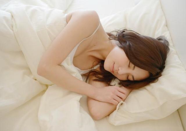 女性の8割が、睡眠中に無自覚で目覚めてしまう。 1週間後の肌に影響も...!
