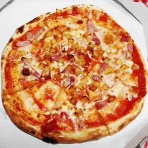 Mサイズの熱々ピッツァが323円! グラッチェさんの「半額デー」最高だよ。