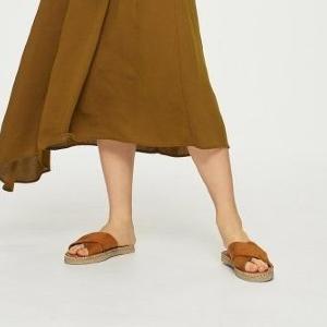「履き心地最高」「歩きやすいし可愛い」 GUのフラットサンダル今なら990円で買える。