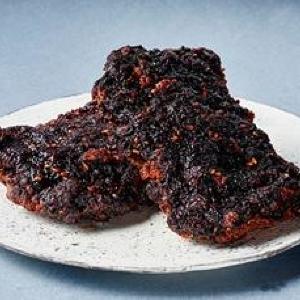 「1番美味しい」「甘旨だれ最高」 ローソン「黒いチキン」が見た目も味も衝撃的!