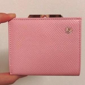 【衝撃】1000円台...? 皇居の売店で買える「牛革・菊の紋入り財布」が超話題。