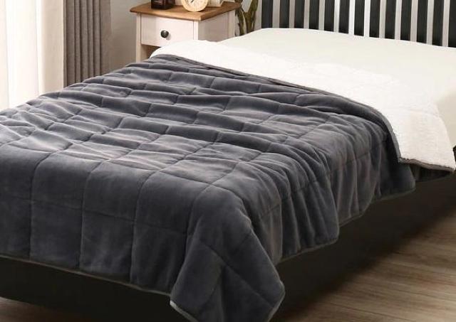 「心地よすぎ」と大注目! ニトリの「重い毛布」、一度試したら手放せないかも。