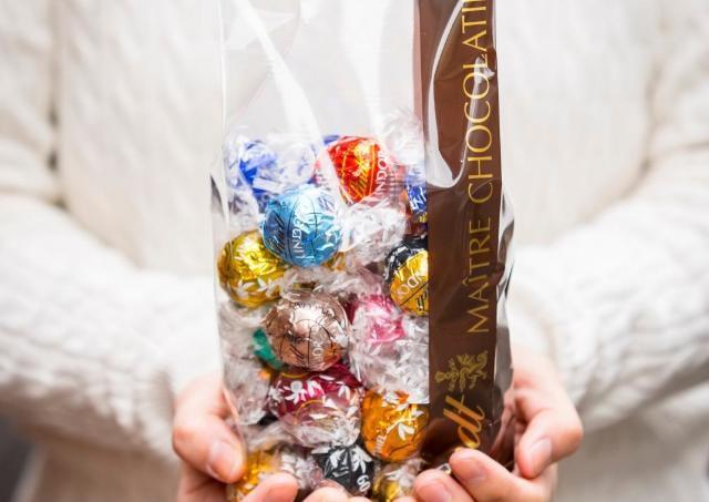 リンツで運勢占い!? くじ引いた人にもれなくチョコもらえるよ~。
