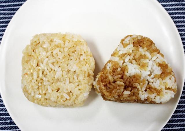 SNSで人気の「鮭バター醤油」おむすび セブンとファミマ食べ比べてみた!