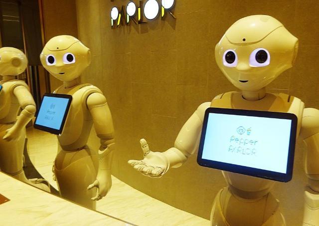 Pepperが接客する未来のカフェでロボ萌え【辛酸なめ子の東京アラカルト#35】