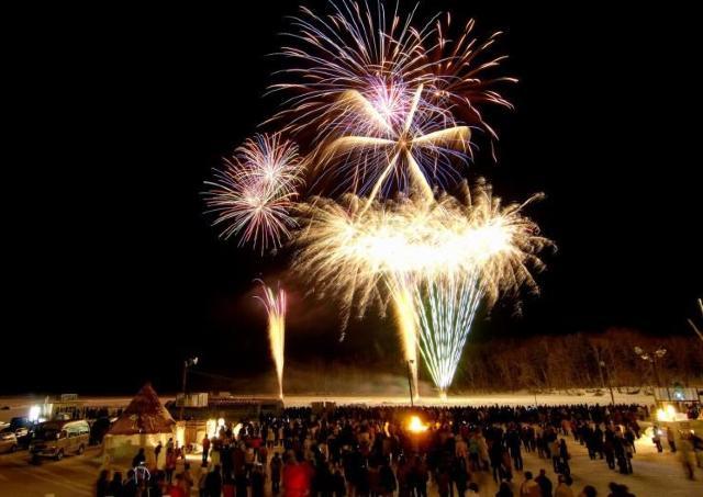 花火にアトラクション、グルメで楽しむ「阿寒湖氷上フェスティバル」