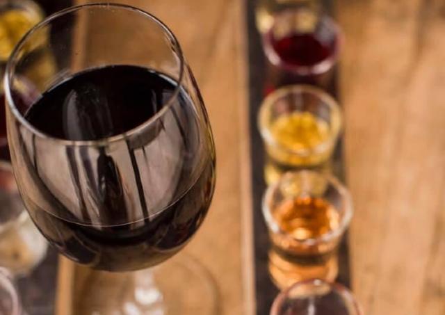 オーガニックなワインやドリンクを飲みながらおしゃべり